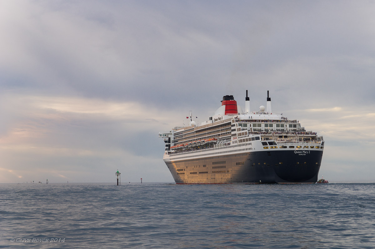 Queen Mary 2, departing Outer Harbor